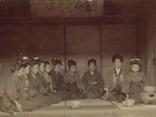 明治・大正期 茶道を指導する寮母と子ども達の画像