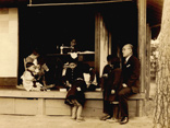 明治・大正期 寮母の周りで遊ぶ子ども達の画像