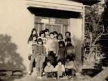 昭和期 寮の前での子ども達の集合写真