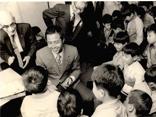 昭和期 来院した王貞治氏を囲む子ども達の様子