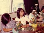 昭和期 花を生ける子ども達の様子