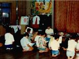 昭和期 保父の話を正座して聞く子ども達の画像