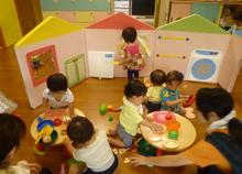 園児たちが室内で遊ぶ様子