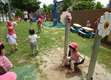 園児たちが屋外で遊ぶ様子
