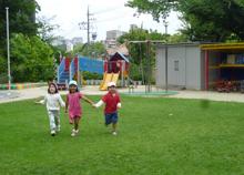 園児たちが遊ぶ様子